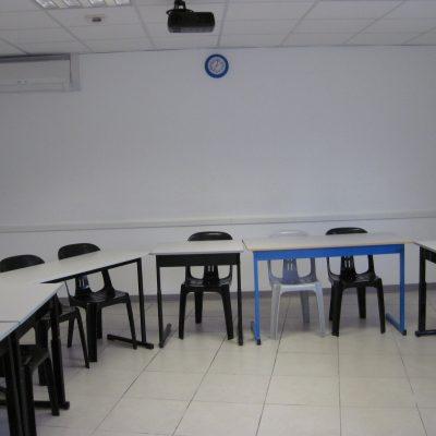 Salle de cours claire et équipée de Vidéo-Projecteur